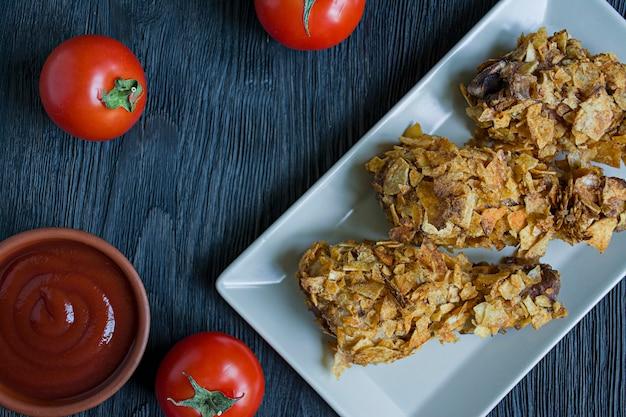 Pilons de poulet rôtis sur une assiette. Photo Premium