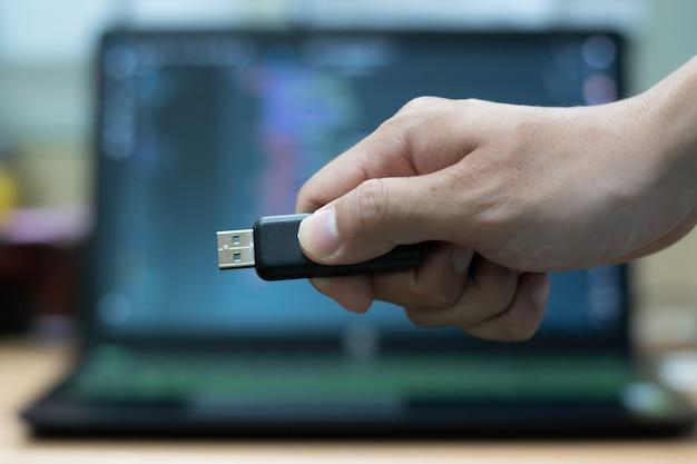 Pilote de clé usb sur fond d'ordinateur portable. Photo Premium