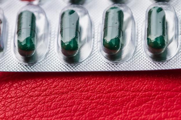 Pilule et capsule d'antibiotique dans un blister Photo Premium