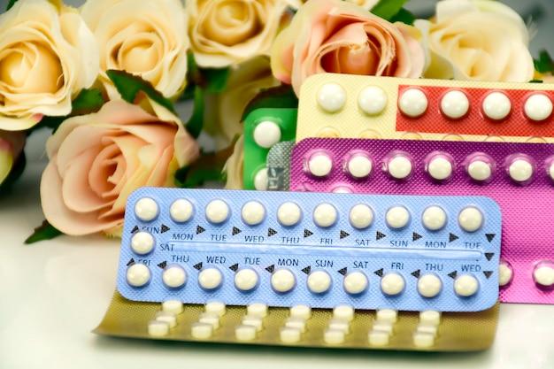 Pilule contraceptive orale sur le comptoir de la pharmacie. Photo Premium