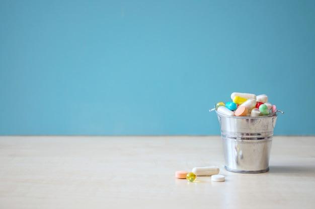Pilules et capsules de médicaments pharmaceutiques assorties Photo Premium
