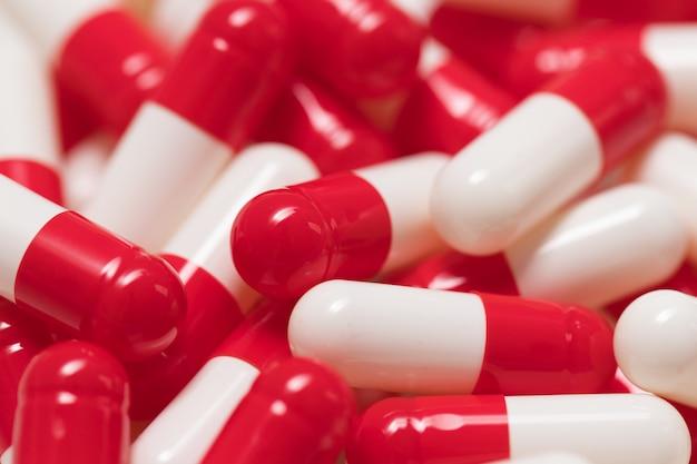 Pilules capsules rouges et blanches Photo Premium