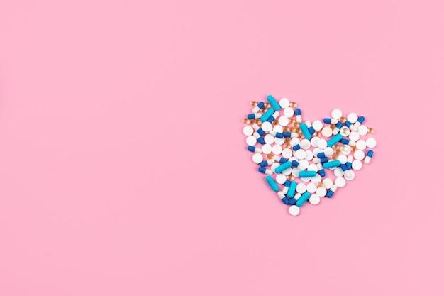 Pilules Et Comprimés Bleus Et Blancs En Forme De Coeur Photo Premium