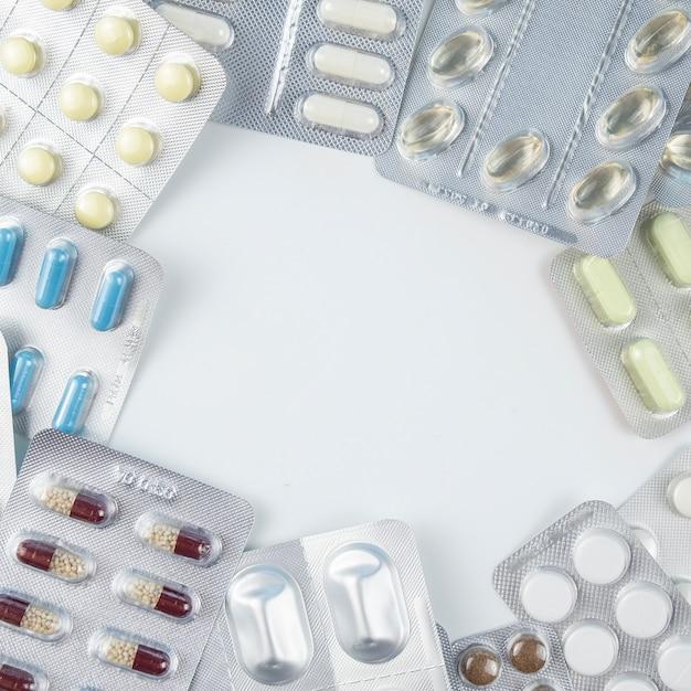 Pilules De Couleur Sur Fond Blanc. Concept De Coronavirus. Vue De Dessus, Espace De Texte Photo Premium