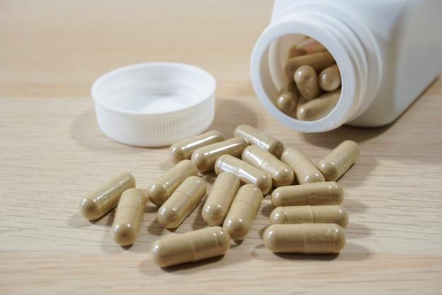 Pilules renversant de blanc bouteille Photo Premium