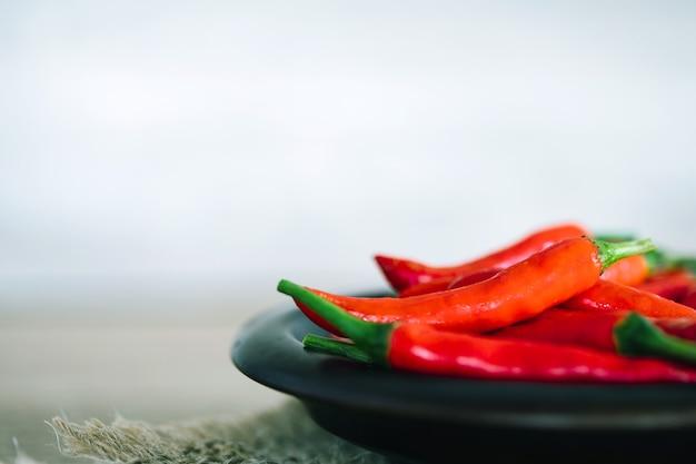 Piment rouge frais, un riche aliment antioxydant à base de plantes Photo Premium