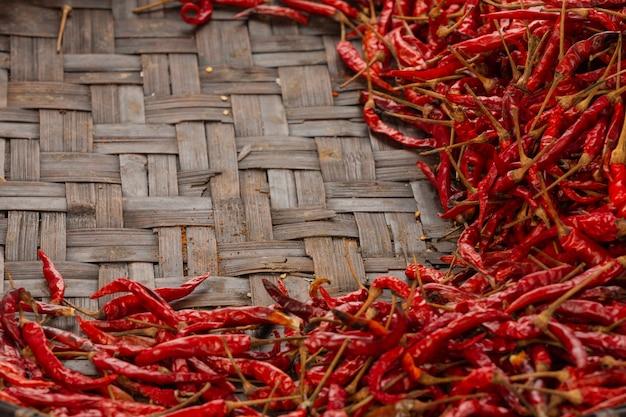 Piments rouges séchés placés sur l'espace sur le tissage. Photo gratuit