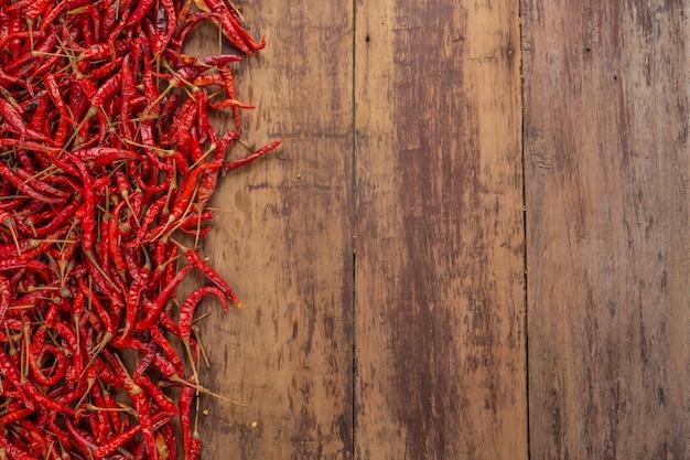 Piments rouges séchés qui sont empilés sur la planche. Photo gratuit