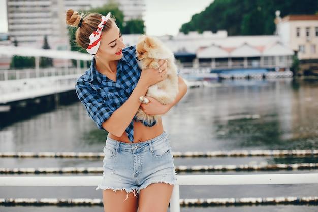Pin up élégante avec le petit chien Photo gratuit