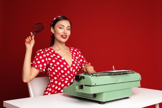 Pin up girl en tapant sur une machine à écrire Photo Premium
