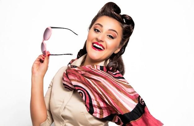Pin-up, Portrait De Jeune Femme Sexy Heureuse Dans Un Style Pin-up Photo Premium