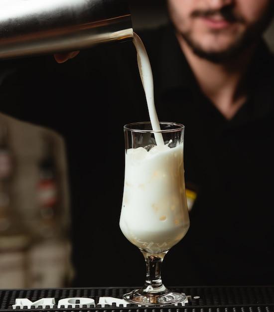 Pinacolada cocktail dans un long verre Photo gratuit