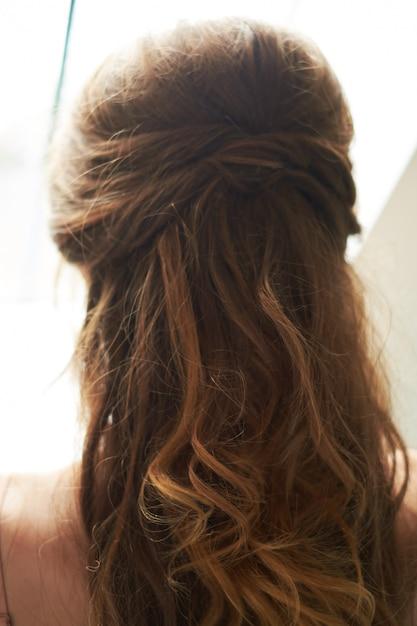 Pince à cheveux sur les cheveux de la mariée Photo Premium