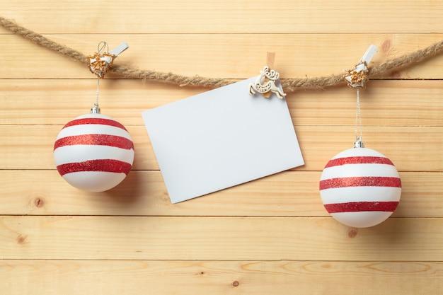 Pince à linge suspendu avec du papier blanc sur bois Photo Premium