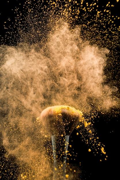 Pinceau cosmétique en poudre jaune Photo gratuit