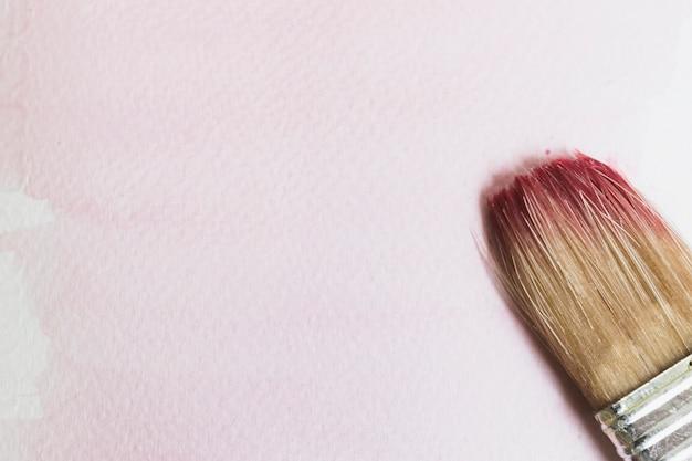Pinceau humide avec de la peinture Photo gratuit