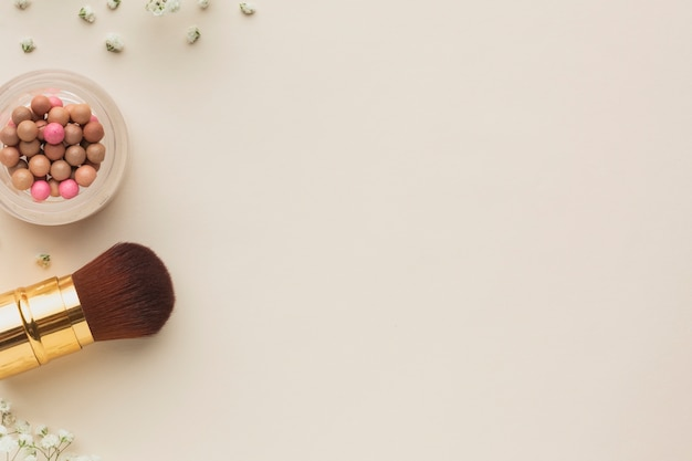 Pinceau de maquillage et blush sur la copie espace de table Photo gratuit