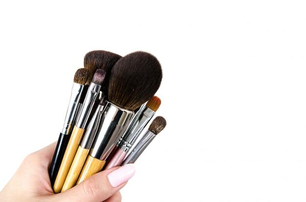 Pinceau de maquillage professionnel dans une main féminine Photo Premium