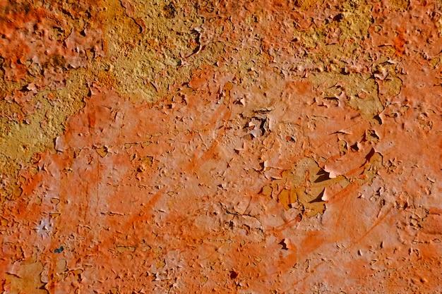 Pinceau orange sur la plaque en acier rouillé et rugueux pour le fond Photo Premium