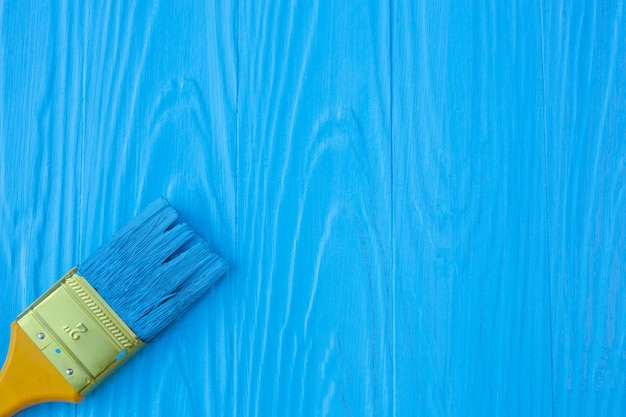 Un pinceau peint sur un bleu. Photo gratuit