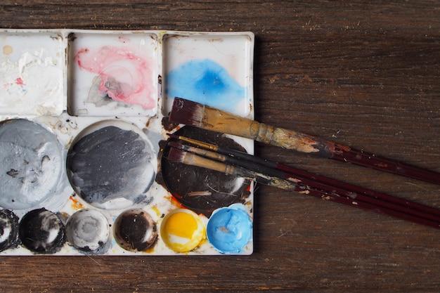 Pinceau avec plaque de couleur Photo Premium