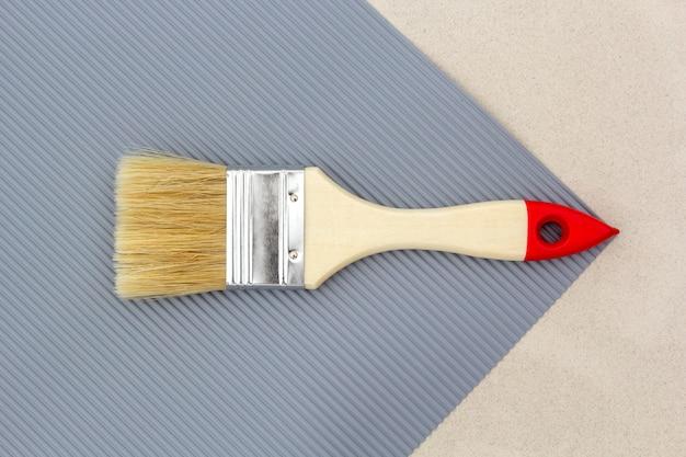 Pinceau à réparer en gris. vue de dessus. Photo Premium