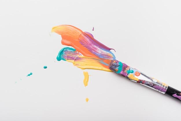 Pinceau taché de peinture Photo gratuit