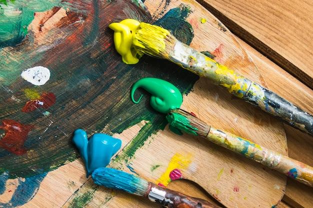 Pinceau trio avec de la peinture Photo gratuit