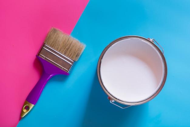 Pinceau violet avec un pot ouvert de peinture blanche, Photo Premium