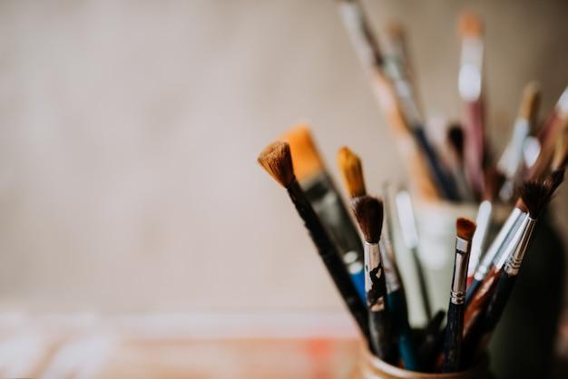 Les Pinceaux De L'artiste Dans Un Bocal. Fermer. Espace De Copie. Photo Premium