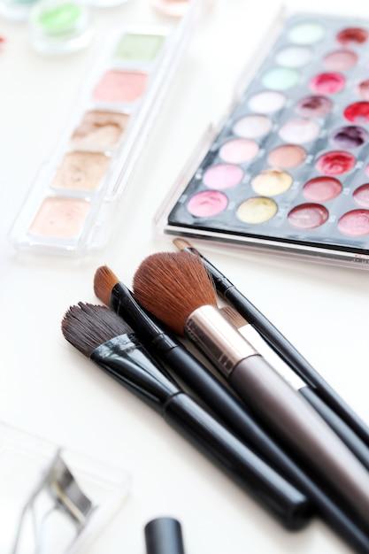 Pinceaux cosmétiques avec poudre Photo gratuit