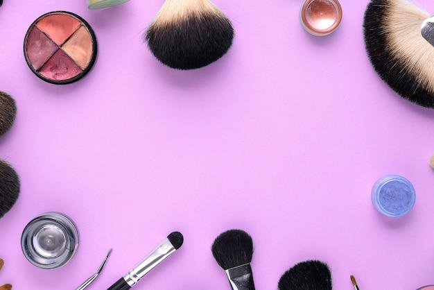 Pinceaux de maquillage sur un fond rose. vue de dessus, pose à plat, espace de copie Photo Premium