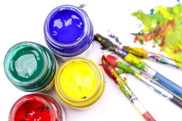 Pinceaux de peinture colorée avec les couleurs Photo Premium
