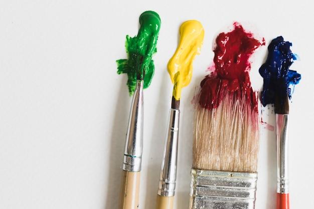 Pinceaux avec de la peinture Photo gratuit