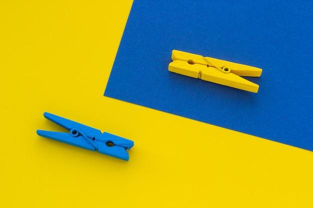 Pinces à linge bleu et jaune sur le fond Photo Premium