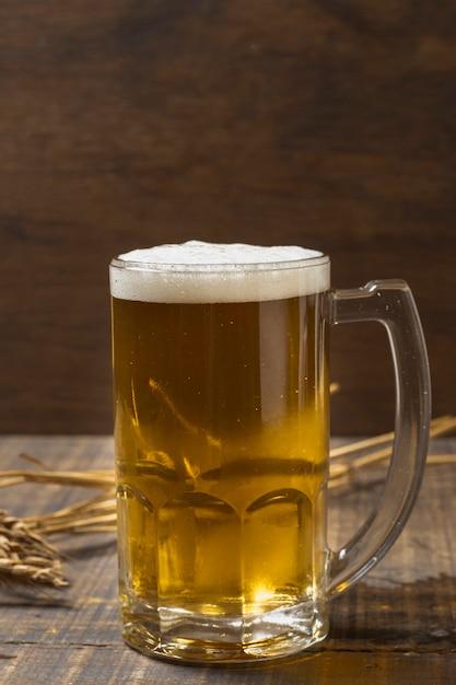 Pinte Vue De Face Avec Bière Rafraîchissante Photo gratuit
