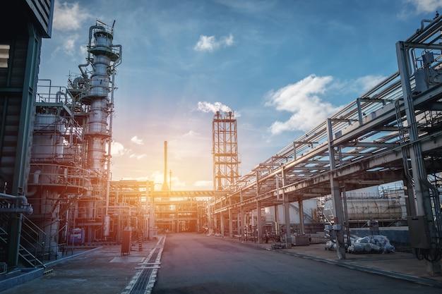 Pipeline Et Support De Tuyaux D'une Usine Industrielle De Pétrole Avec Ciel Coucher De Soleil Photo Premium