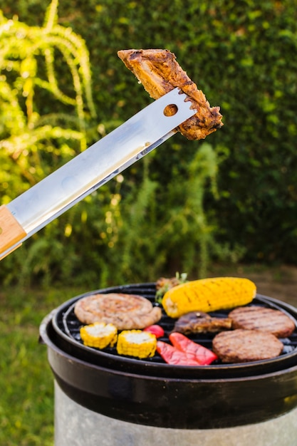Pique-nique au barbecue dans la cour Photo gratuit