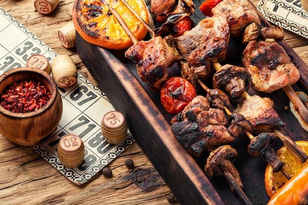 Pique-nique avec barbecue et jeu de société Photo Premium