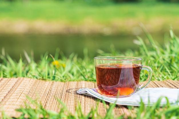 Pique-nique dans le giron de la nature. une tasse de thé par une chaude journée ensoleillée. Photo Premium