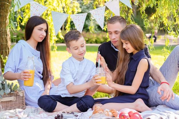 Pique-nique En Famille Photo gratuit