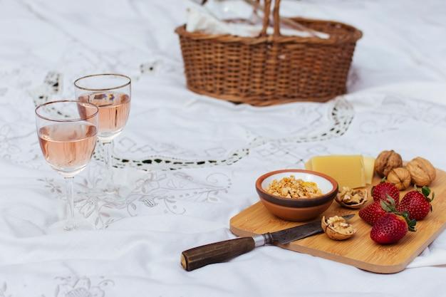 Pique-nique grand angle sur drap blanc Photo gratuit