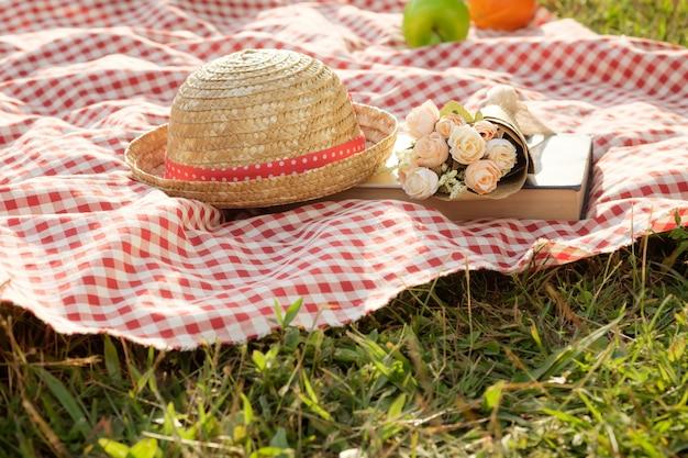 Pique-nique En Plein Air à La Journée Ensoleillée D'été Photo gratuit