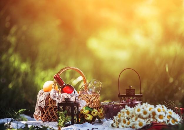 Pique-nique Romantique Avec Des Marguerites Photo gratuit