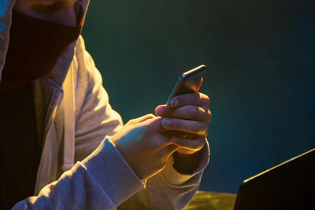 Pirate Informatique à Capuchon Volant Des Informations Avec Un Ordinateur Portable Photo gratuit