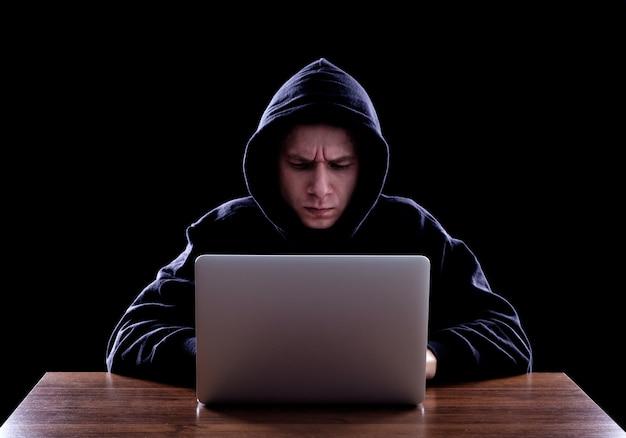 Un Pirate Informatique à Capuchon Vole Des Informations Photo Premium