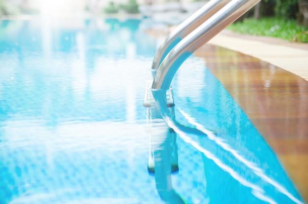 Piscine au bord de la piscine Photo Premium