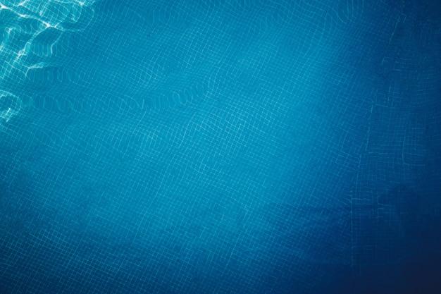 Piscine carrelée au fond bleu, vue de dessus Photo Premium