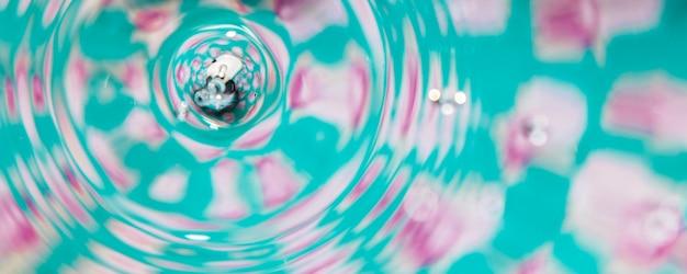 Piscine de fond coloré avec des cercles d'eau Photo gratuit