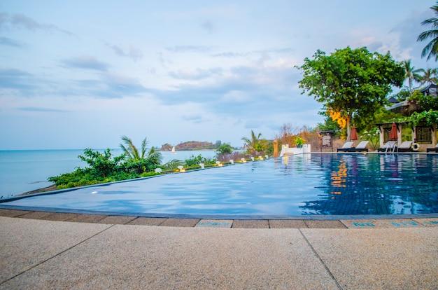 Piscine par villa de luxe, crète, grèce Photo Premium